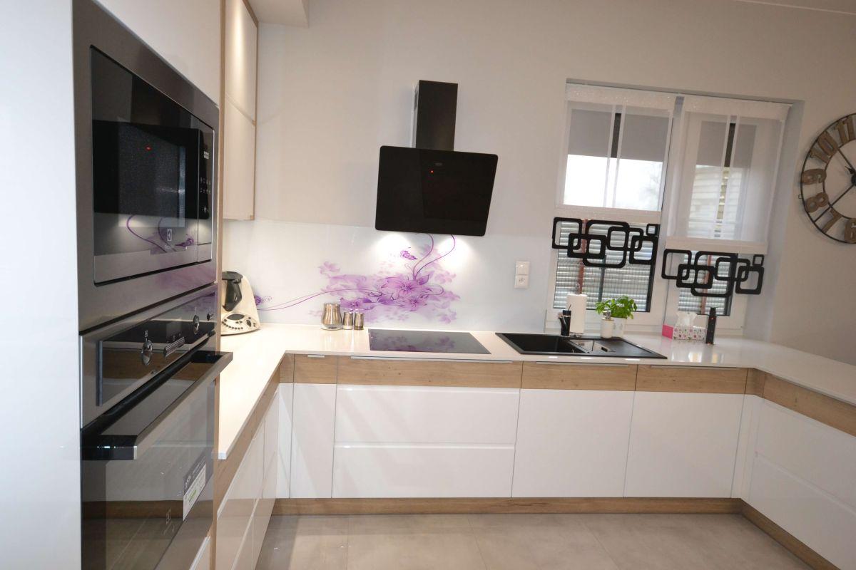 Nowoczesna lśniąca, biało drewniana kuchnia