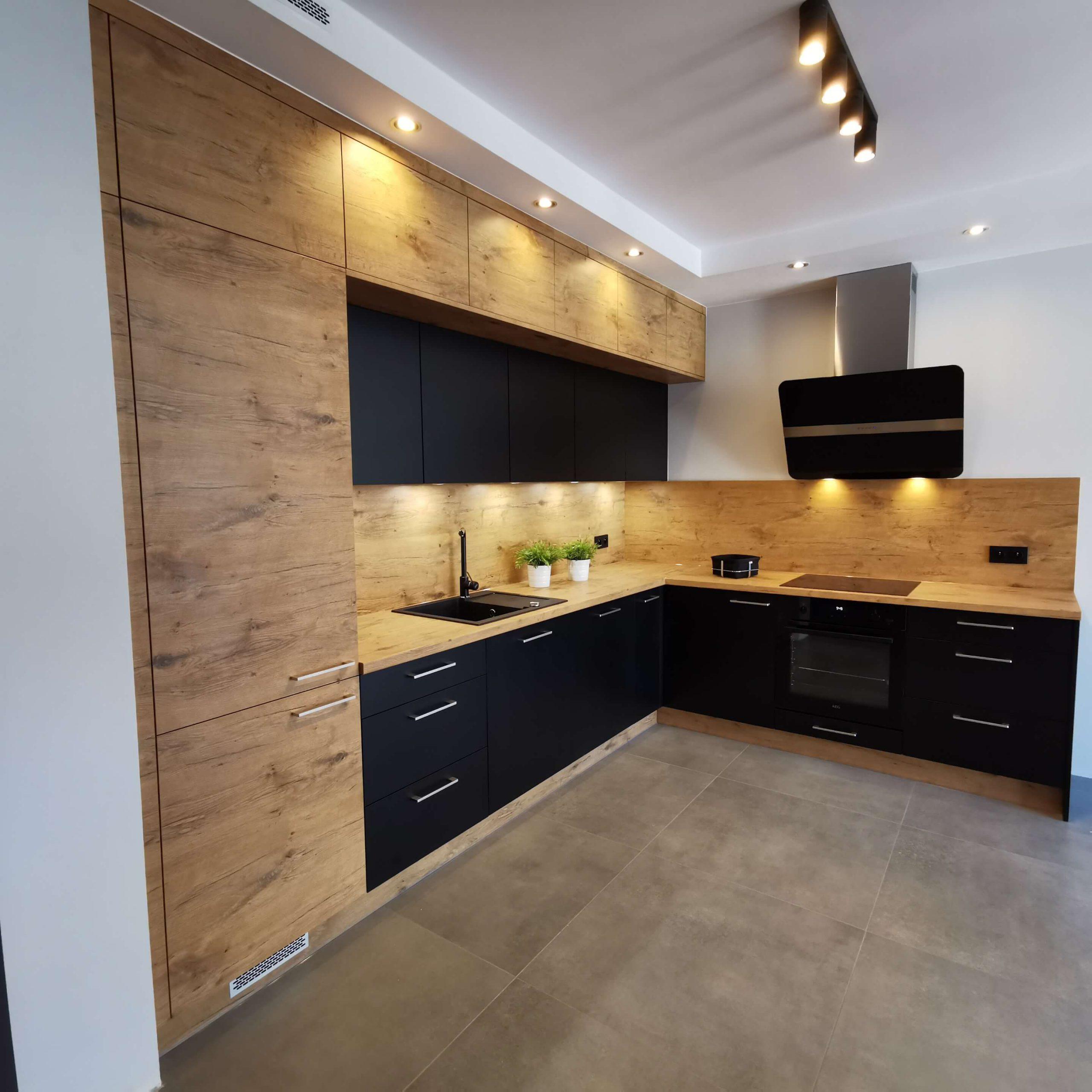Czarna kuchnia z drewnianym akcentem