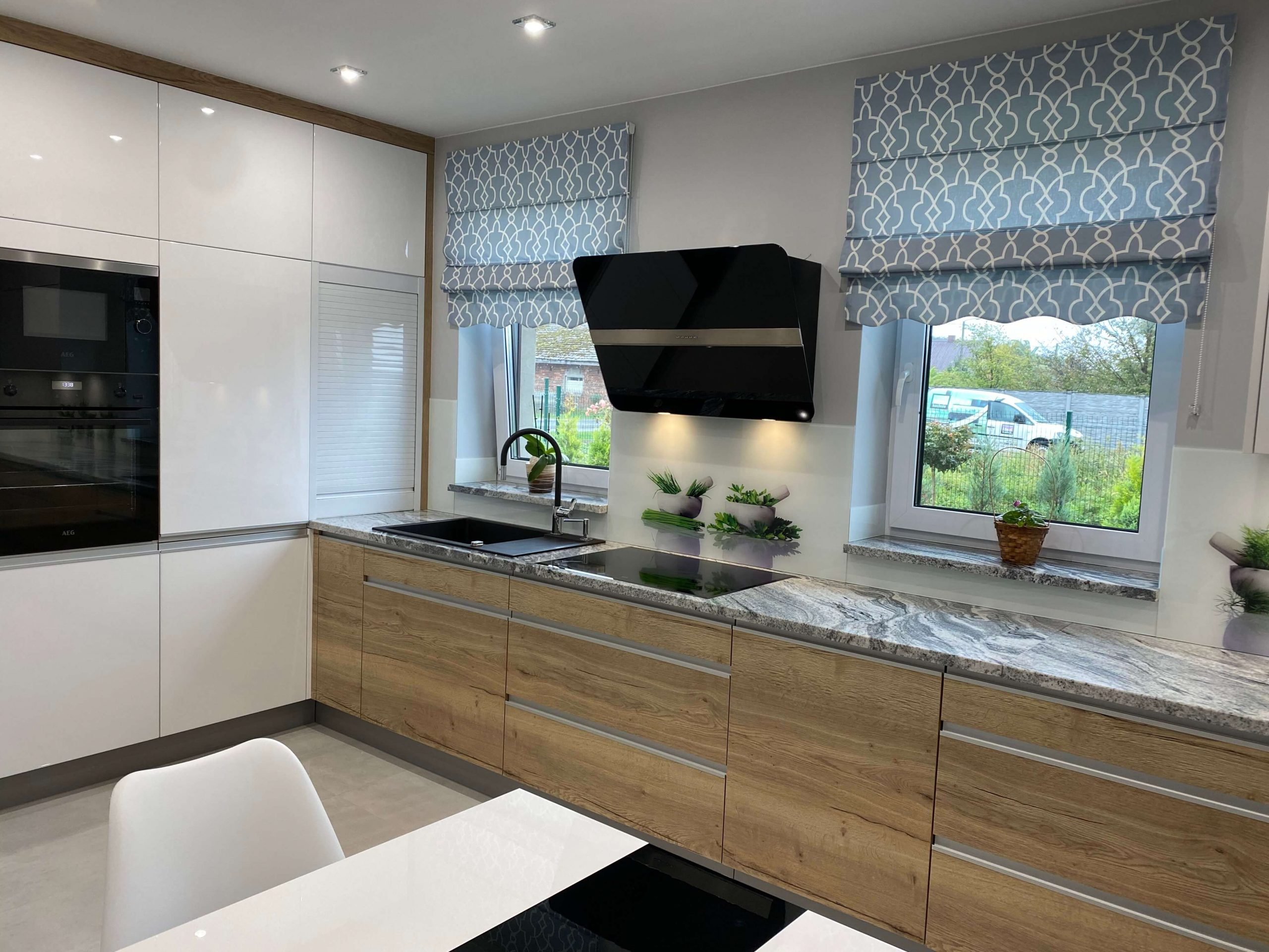 Kuchnia biała z drewnem
