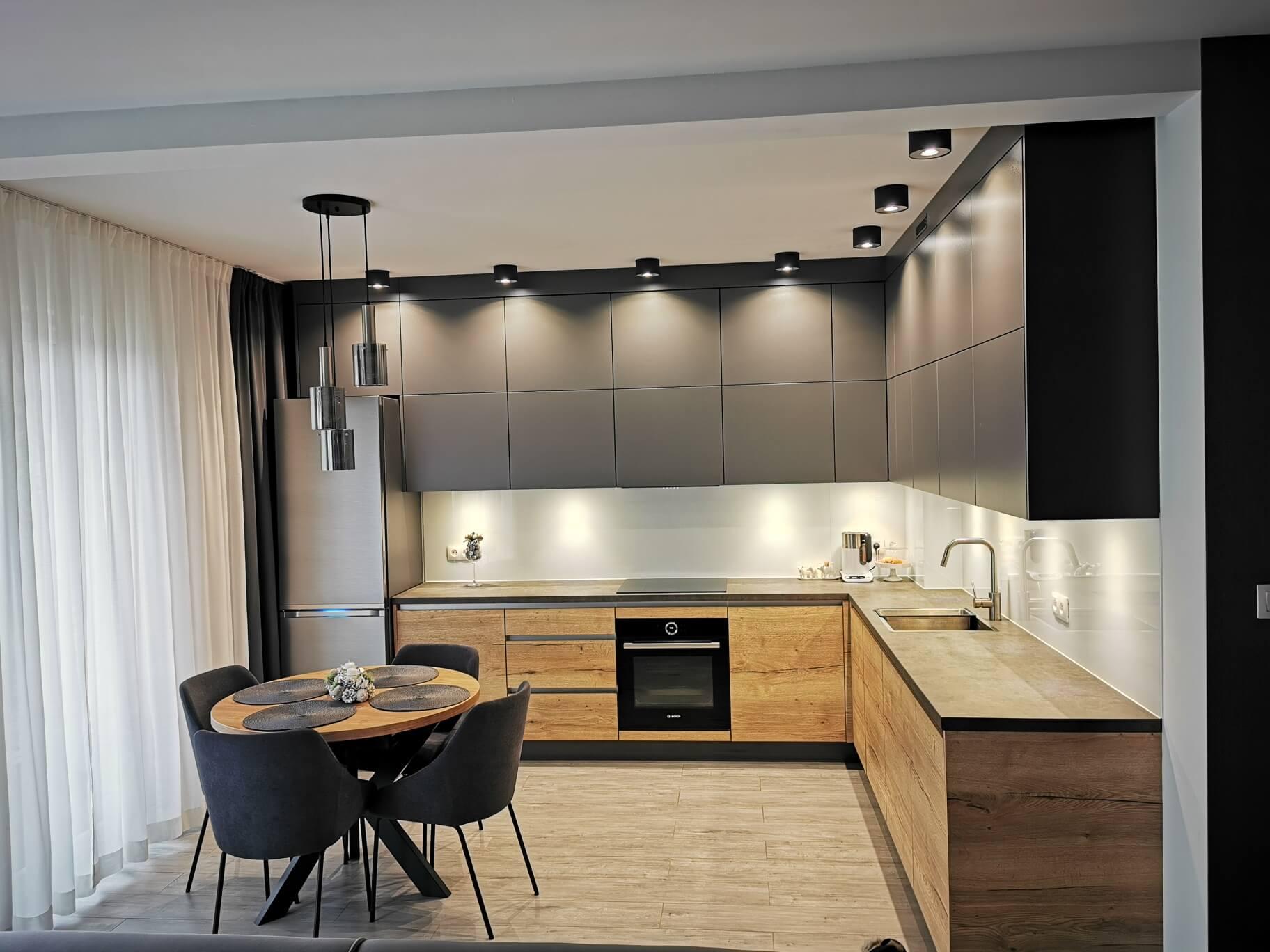Ciemna doświetlona kuchnia w stylu loft