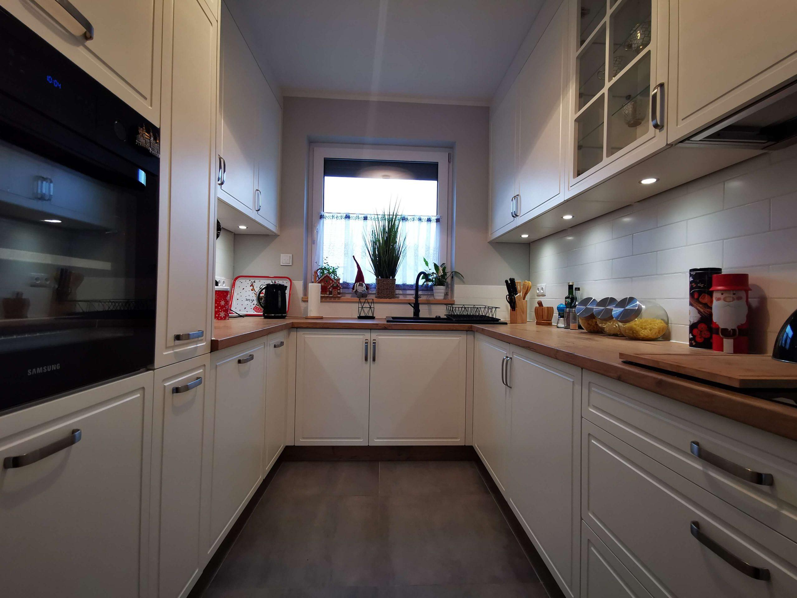 Białe meble kuchenne w rustykalnej aranżacji