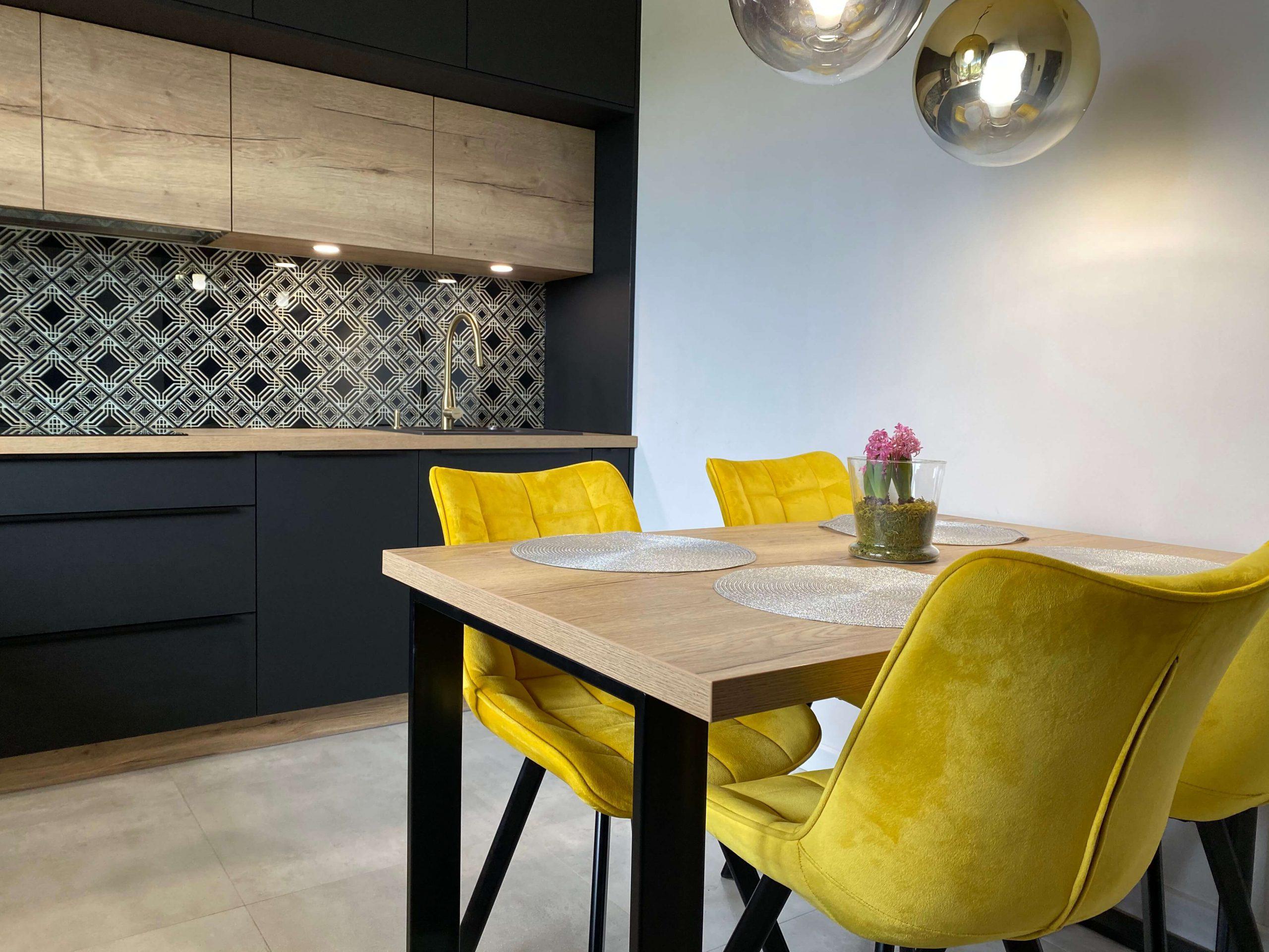Czarne meble kuchenne z drewnianym blatem - skrajny minimalizm